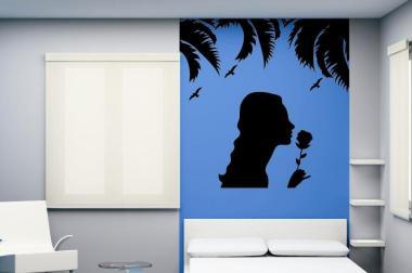 Wandtattoo Mädchen mit Rose unter Palmen